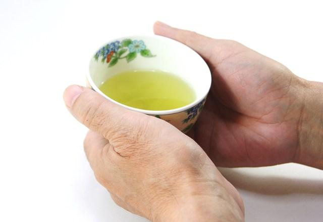 暑い季節に熱いお茶を出すことは非常識だ!残念、それは違います。