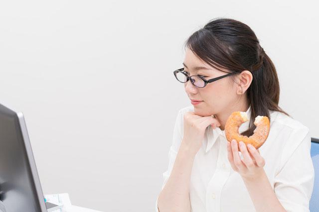 ドーナツを食べる人